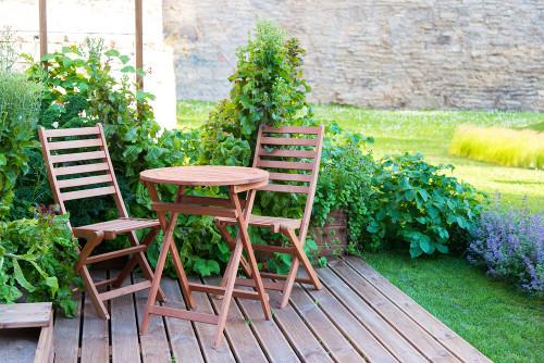 stoliki, stoły do ogrodu, mebele ogrodowe, drewno, homebook, dodatki ogrodowe