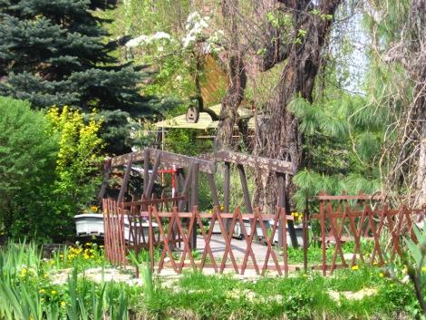 dodatki ogrodowe, mostek, kompozycje ogrodowe