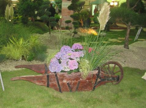 dodatki ogrodowe, taczki, narzędzia ogrodnicze, kompozycje ogrodowe
