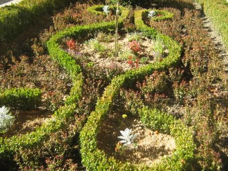 bukszpan, rabata z bukszpanem, dodatki ogrodowe, rabata w stylu francuskim,  aranżacja z bukszpanu i berberysu, krzewy do ogrodu, galeria ogrodowa